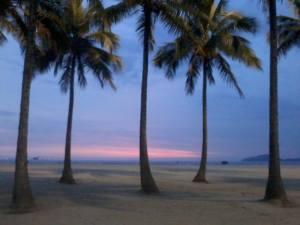 Praia de Santos ao anoitecer.