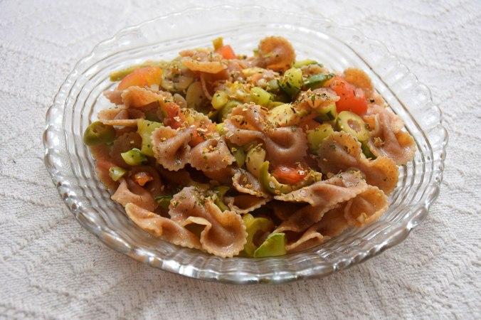 Se você curte uma comidinha vegana, aproveite a receita basiquérrima: macarrão integral com